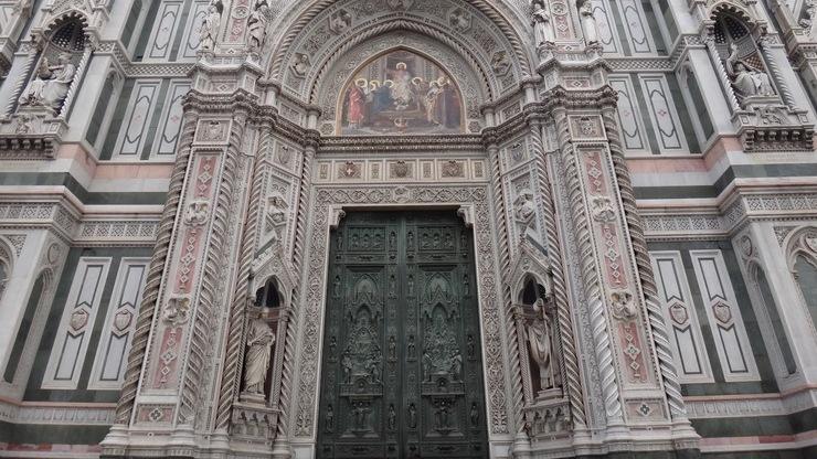 Ворота Санта Мария Дель Фьоре, украшенные барельефами