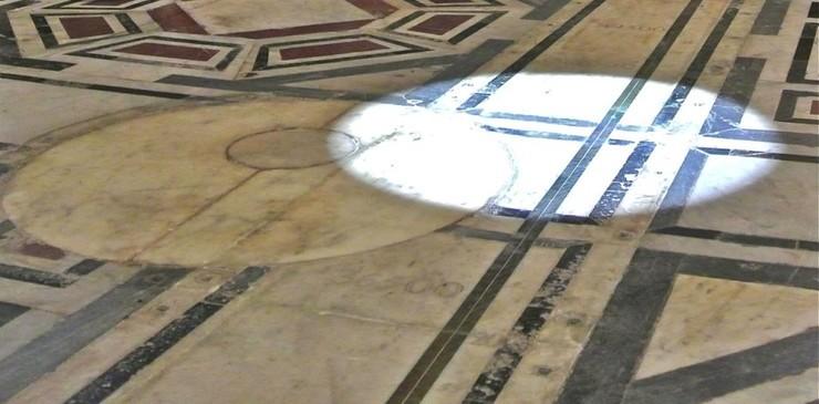 Луч света падает на пол через купол Санта Мария Дель Фьоре
