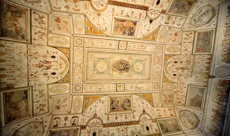 Украшенный потолок в одной из комнат