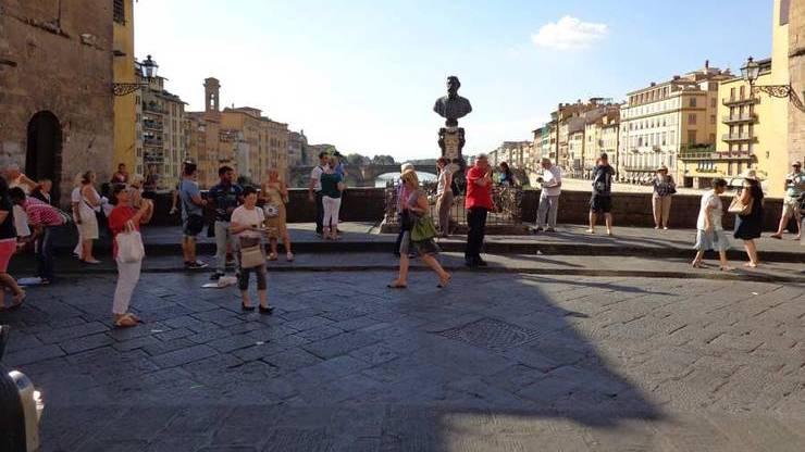 Бюст Бенвенуто Челлини на мосту Понте-Веккьо во Флоренции