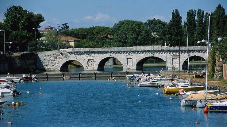 С моста Тиберия открывается потрясающая панорама порта