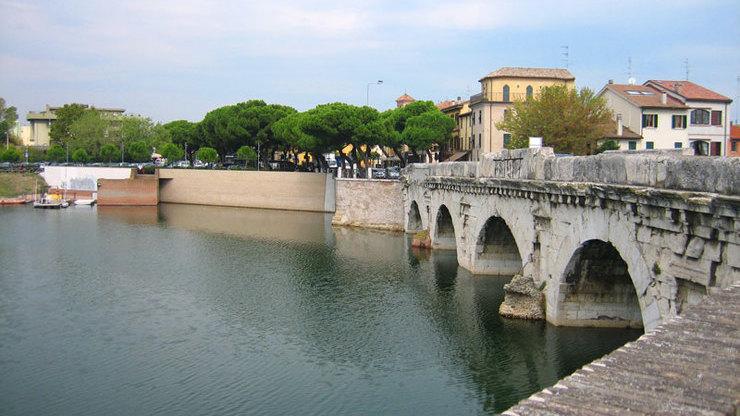 Вид с берега на мост Тиберия - прекрасный образец  романской архитектуры