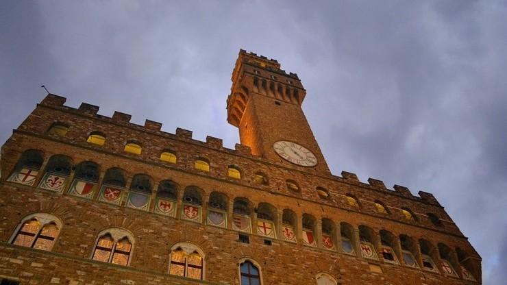 Башня Арнольфо в Палаццо Веккьо. В башне есть колокольня и часы.