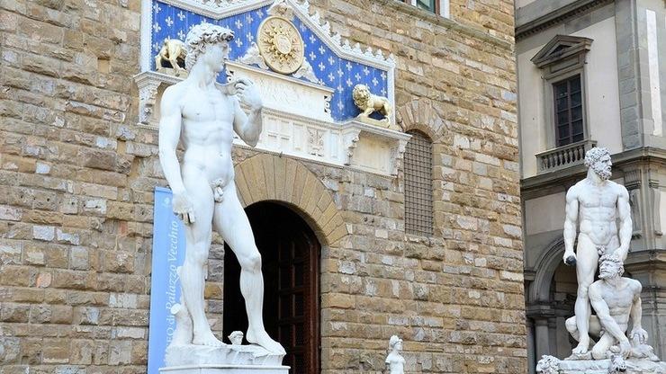 Центральный вход Палаццо Веккьо. Над воротами плита с мраморными львами.