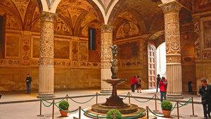 Первый дворик в Палаццо Веккьо. В центре - фонтанчик со скульптурой Амура и дельфинов.
