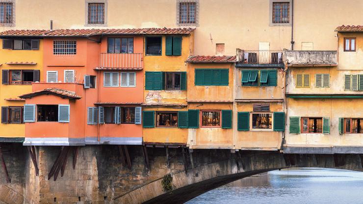 Различные постройки и коридор Вазари на мосту Понте-Веккьо во Флоренции
