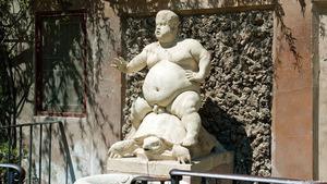 Статуя полного человека верхом на черепахе в садах Боболи посвящена шуту герцога