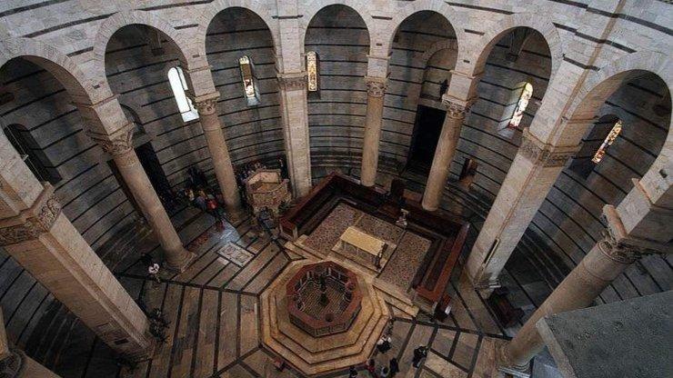 Интерьер Баптистерия Сан-Джованни в Пизе