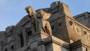 Скульптура Пегаса на фасаде здания
