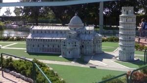 Миниатюры из парка в Римини, включая Пизанскую башню