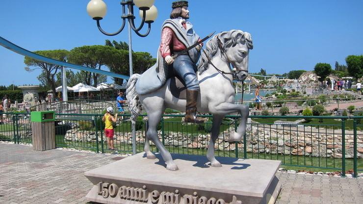 Гарибальди на коне у входа в парк в Римини