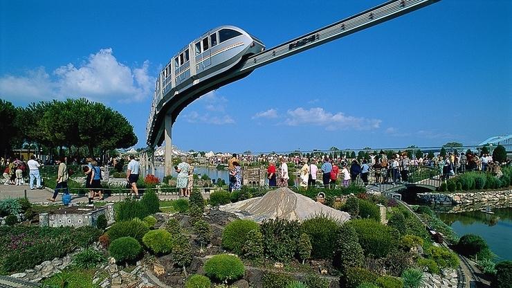 Монорельсовый поезд, на котором можно объехать парк за несколько минут и осмотреть окрестности
