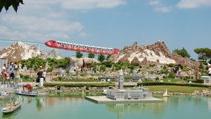 Парк Италия в миниатюре в Римини с монорельсовым поездом и небольшим прудом