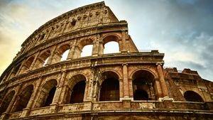 Арочные проемы с колоннами раньше были украшены различными скульптурами, статуями и щитами