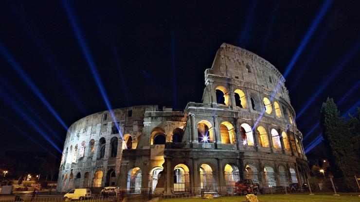 Ночная подсветка меняется в случае значимых событий для изменения имиджа постройки