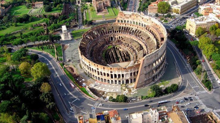 Вид сверху на амфитеатр, сохранившийся с древнейших времен