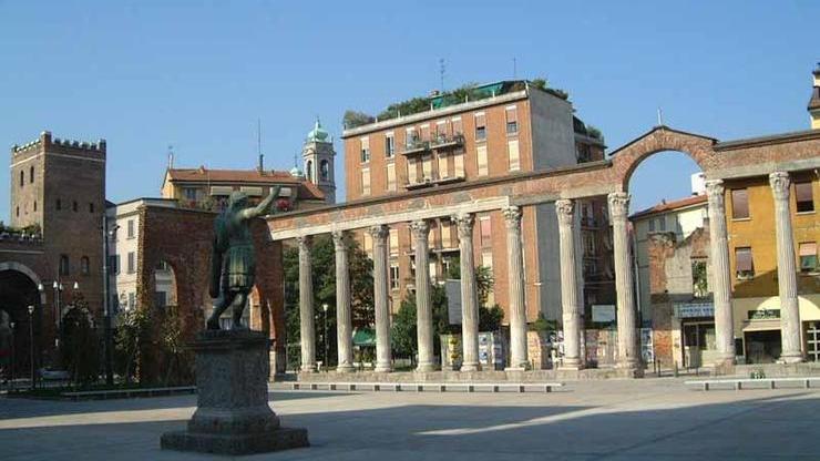 Достопримечательность возле церкви - колонна Сан-Лоренцо