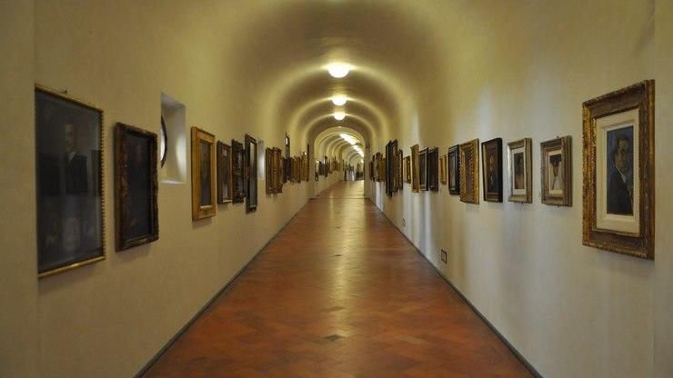 Крытая галерея с самым большим собранием портретных работ художников, на которых они запечатлели себя