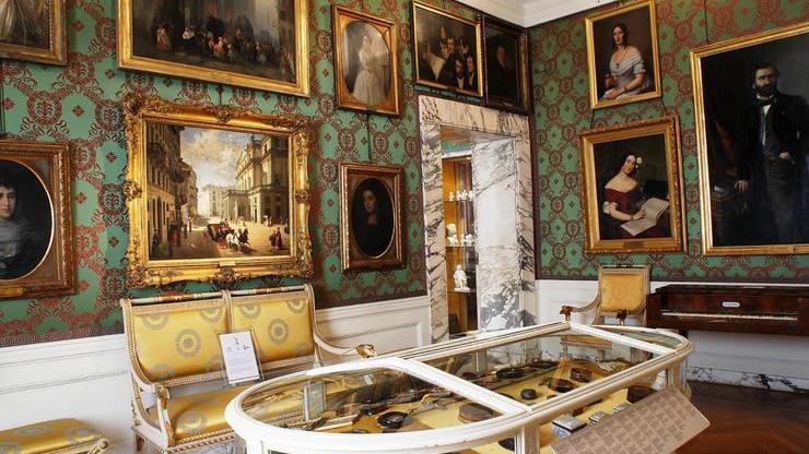 Музей внутри здания, содержащий множество экспонатов, связанных с историей театра