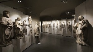 Мавзолей внутри здания, где собрана коллекция статуй