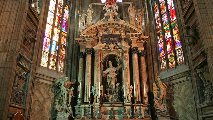 Отделка собора внутри сделана с помощью разных фресок, витражей и скульптур