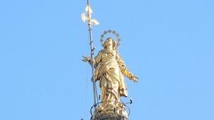 Бронзовая статуя на вершине шпиля, возвышающегося над городом