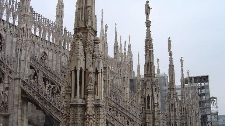 Здание украшает больше сотни шпилей, украшенных различными скульптурами