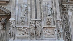 Скульптурная композиция на фасаде здания