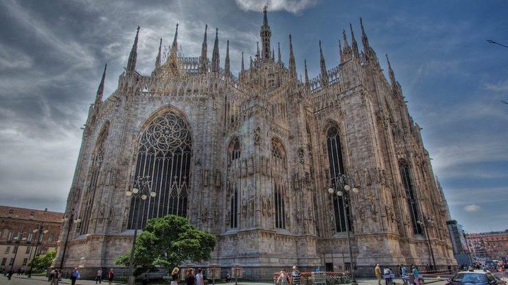Каждая часть здания богато украшена различными деталями орнамента и барельефами