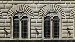 Окна изысканной формы в палаццо Строцци