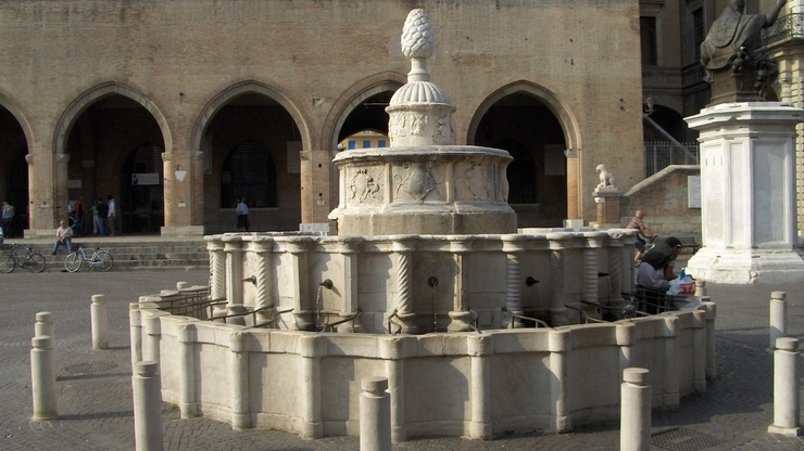 Временно неработающий Фонтан «Шишка» в Римини