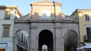 Здание рыбного рынка на площади Кавур в Римини
