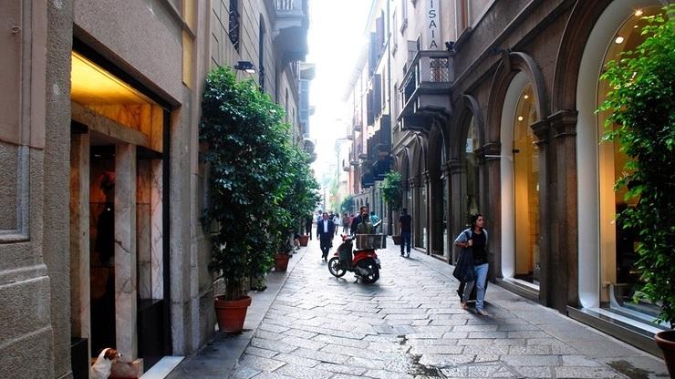 Улица Виа Монтенаполеоне в историческом центе города привлекает много туристов