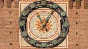 Хорошо сохранившиеся древние часы висят на башне над входом в крепость