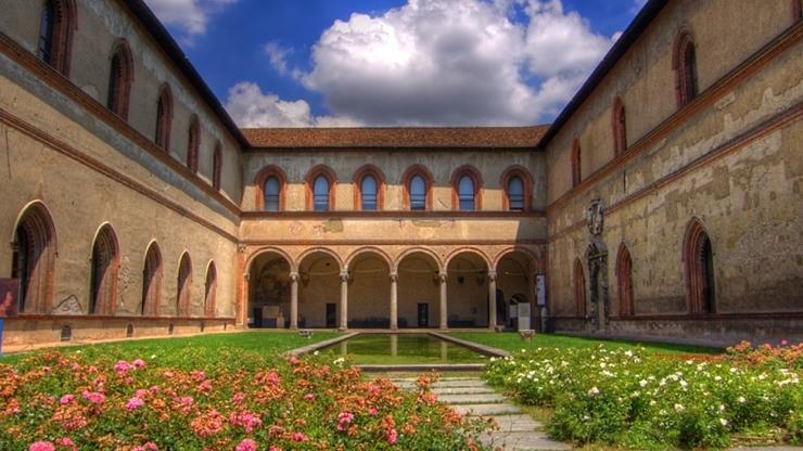 Один из внутренних двориков замка, где содержат небольшую оранжерею
