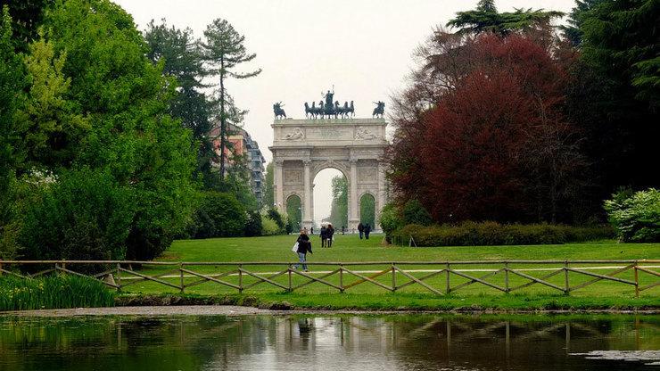 Арка мира в парке Семпионе рядом с замком