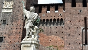 Во дворе установлена скульптурная композиция, изображающая святого из Чехии