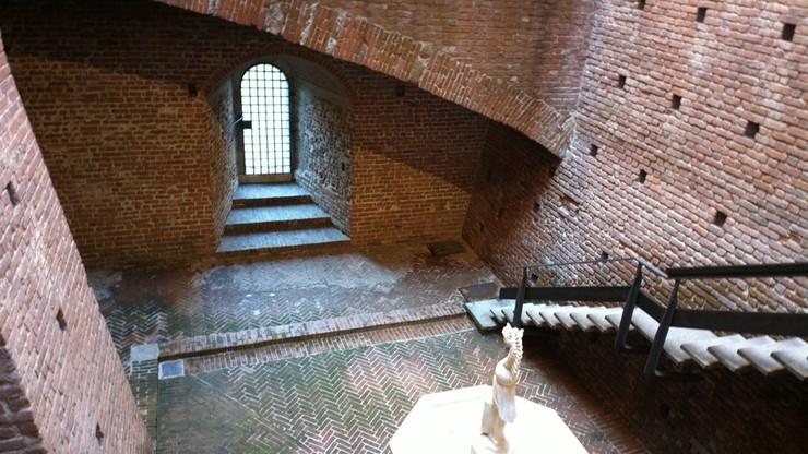 Внутри замка сохранилось много помещений в первозданном виде. Многие из них используются как музеи