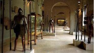 Внутри замка регулярно проводятся различные выставки предметов старины