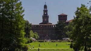 Замок Сфорца в Милане рядом с парком