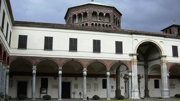 Внутренний двор христианского собора в Милане