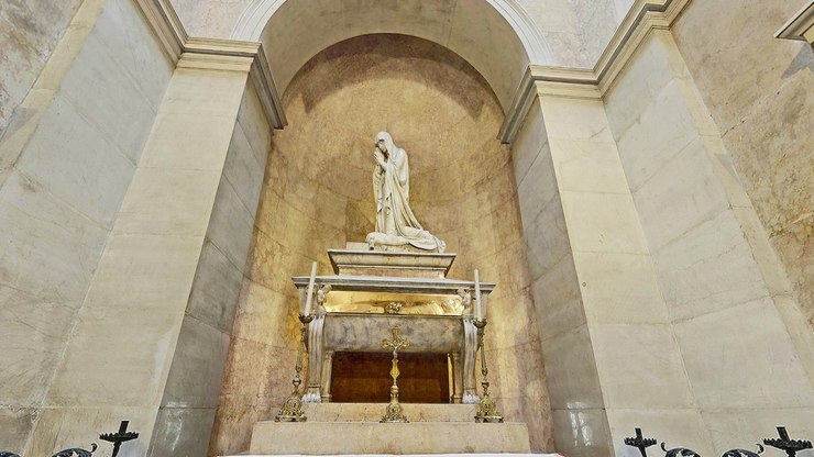 Скульптурная композиция на гробнице внутри собора
