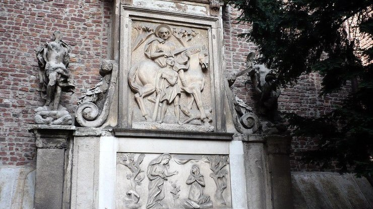 Скульптурная композиция украшающая здание в Милане