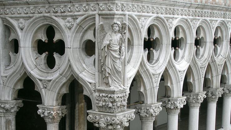 Символ могущества Венеции на фасаде здания