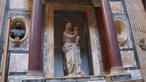 Гробница Рафаэля внутри пантеона в Риме