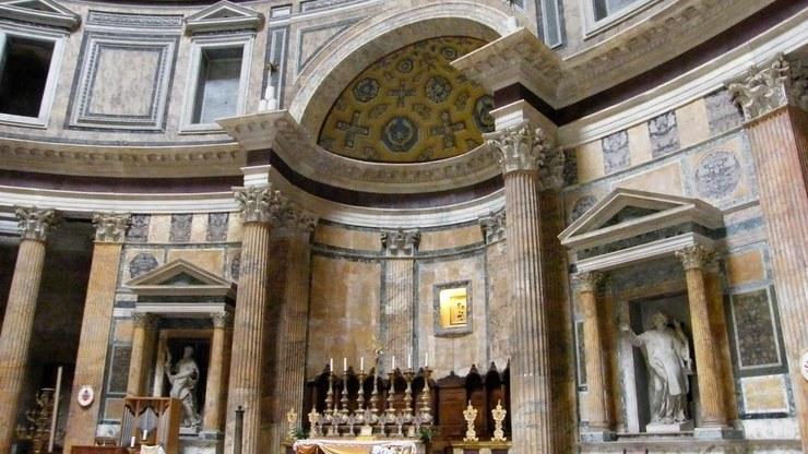 Интерьер капелл в основном состоит из различных скульптур и росписей