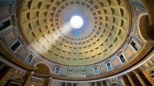 Через отверстие в куполе в полдень особенно сильно различим мощный луч света