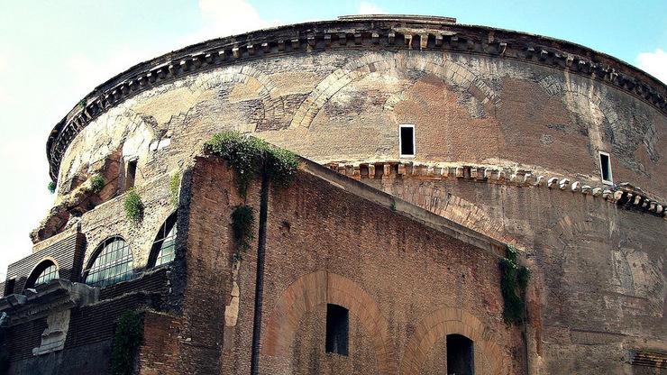 Укрепленные стены постройки давали возможность использовать здание как крепость