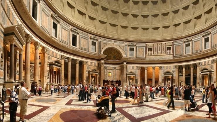 В центральном зале храма хорошо сохранилась внутренняя отделка из мрамора
