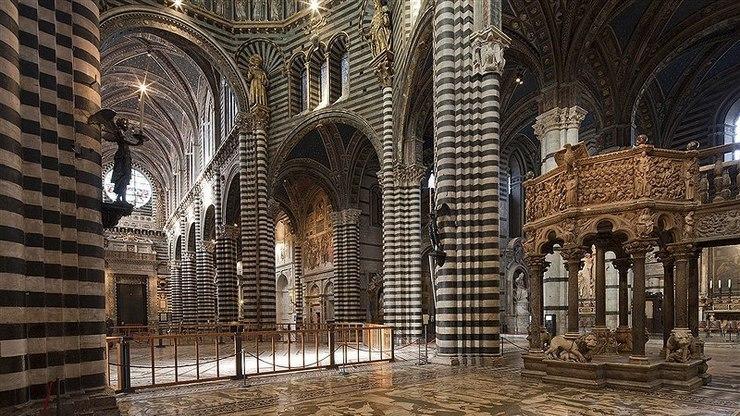 Внутреннее убранство внутри собора XIII века
